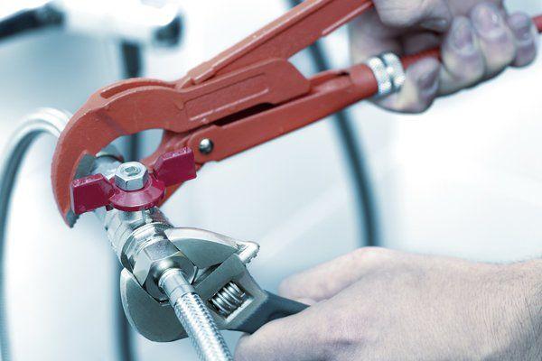 Idraulico avvita il tubo di un lavandino