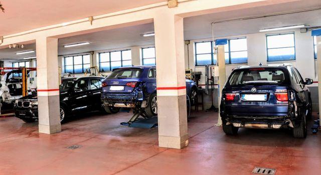 auto parcheggiate in autofficina