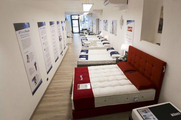 interno di uno showroom con dei letti e materassi