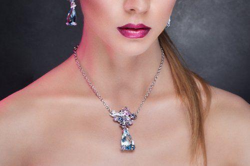 una modella di moda che posa in gioielli esclusivi