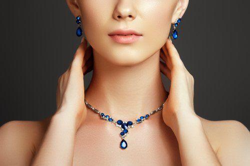 bella donna elegante con collana di perle e pinna dell'orecchio