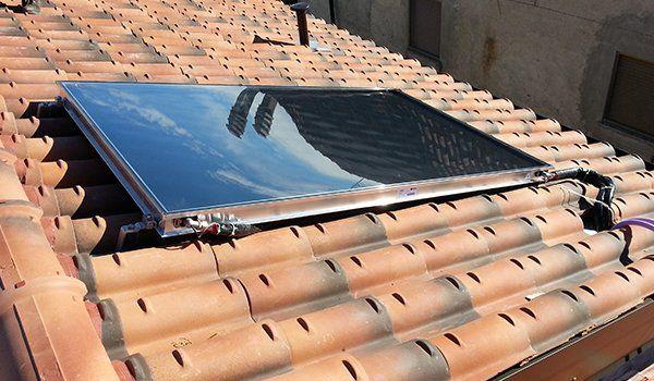 un pannello solare su un tetto