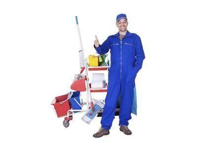 un uomo con una tuta  blu e un carrello delle pulizie accanto