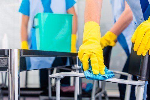 Signore di equipaggio di pulizia commerciale che lavorano come squadra