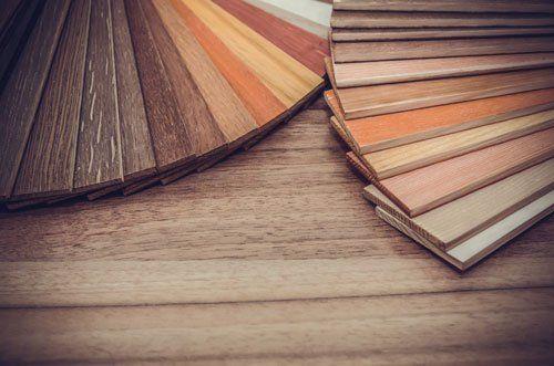 degli esempi di liste di legno di diversi colori