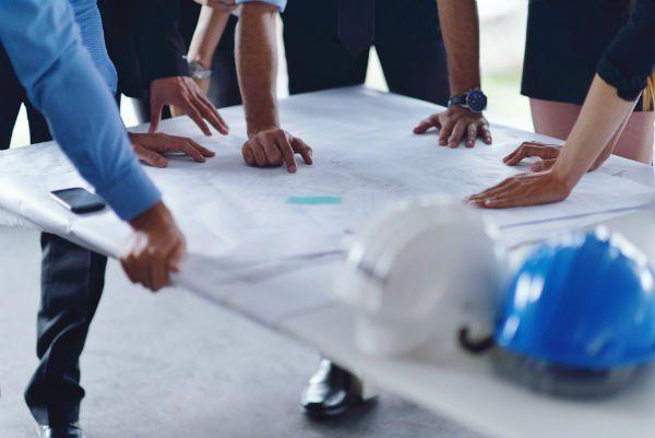 uomini d'affari gruppo su incontro e presentazione in ufficio luminoso moderno