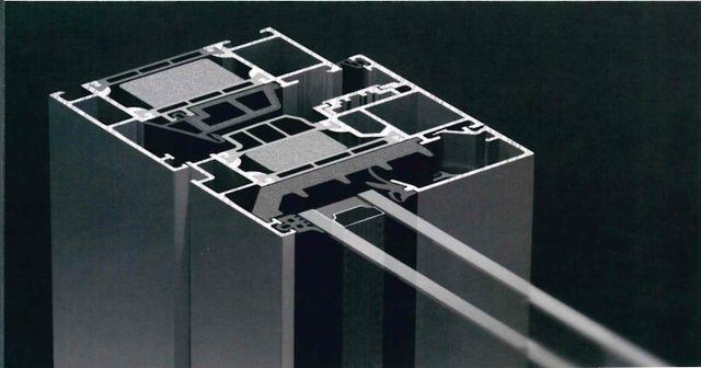 sezione di serramento a taglio termico su sfondo nero-Si.za- rottofreno