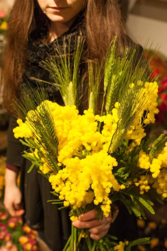 bambina con in mano mimose