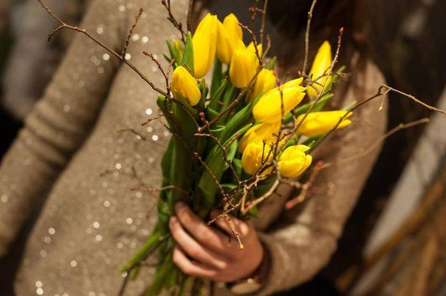 donna con fiori in mano