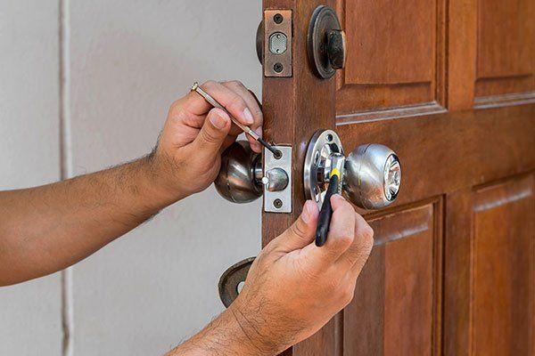 un tecnico lavora a una serratura
