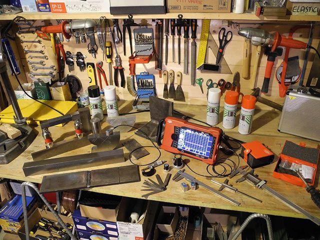 Un piano da lavoro in legno con sopra degli attrezzi