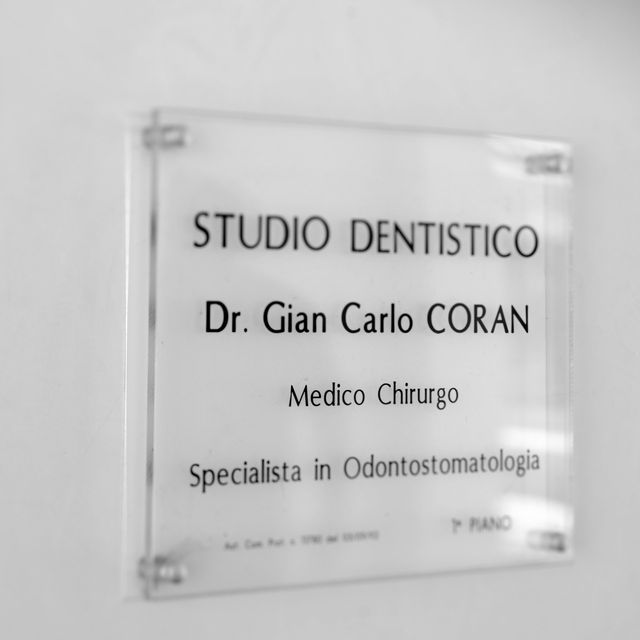 una ragazza durante una visita dentistica