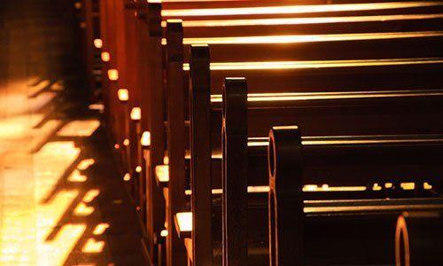 Riflesso del sole presso le banche della chiesa