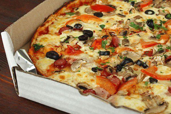Pizza con funghi,salame,pomodoro,olive e peperone
