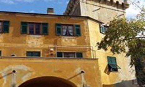 vista frontale di un palazzo color ocra