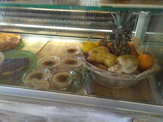 bancone con coppe di tiramisu,  cesto di frutta e torte della casa