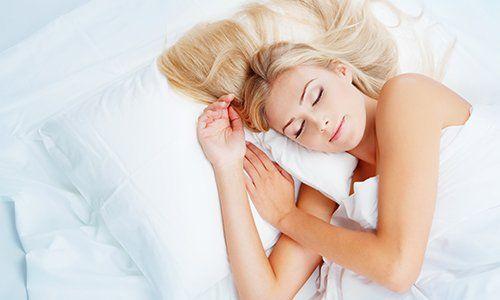 una ragazza abbracciata a un ragazzo seduto su un letto