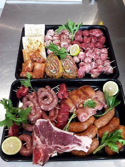 Salsiccia, salumi e carne fresca in vari tagli e forme