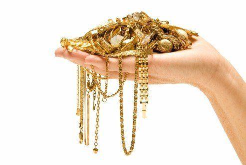 gioielli d'oro su una mano