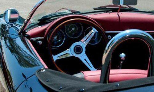 una macchina cabriolet con vista del volante
