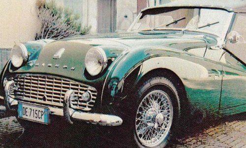 una vecchia macchina verde smeraldo
