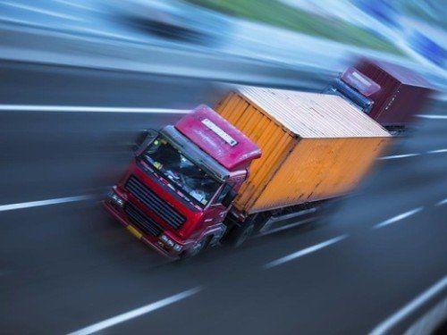 Camion porta container in autostrada