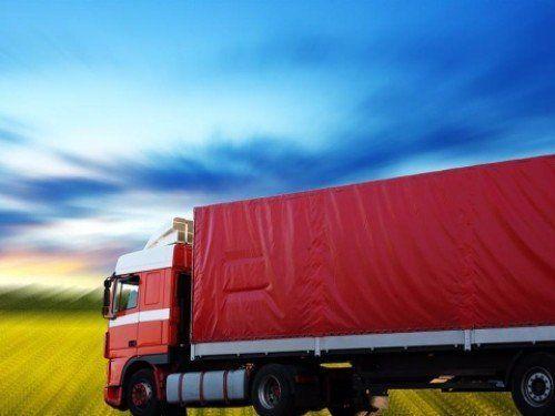 Camion rosso con la cabina rossa