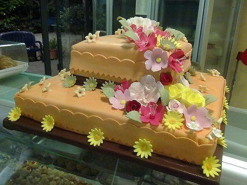 torta decorata con pasta di zucchero arancione e fiori