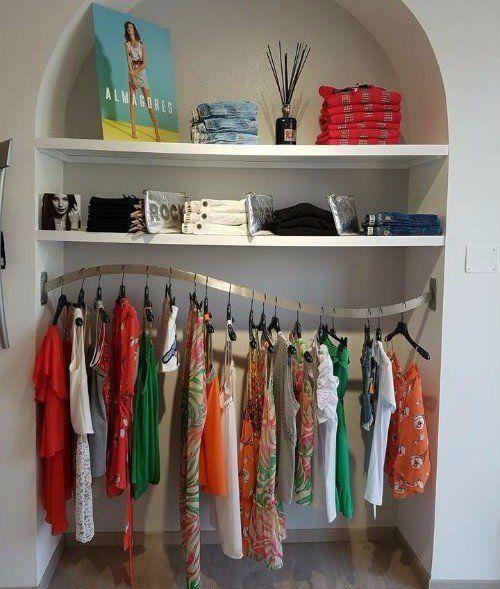 dei vestiti esposti di diversi colori