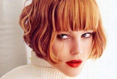 donna con capelli corti rossi con la frangia