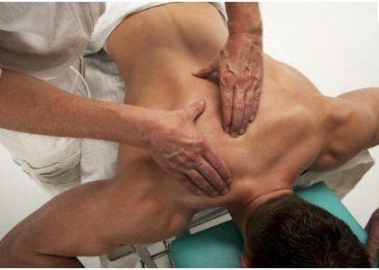 due mani che massaggiano la schiena di un uomo
