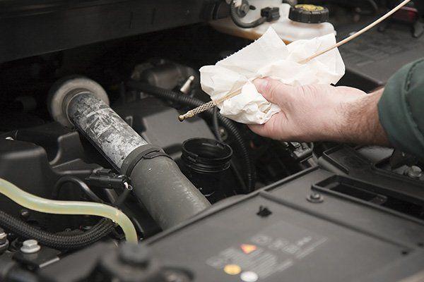 meccanico pulendo stecca dell'olio