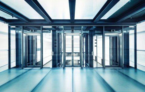 Ascensori di vetro e di acciaio di un edificio