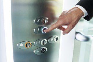 uomo che chiama l'ascensore