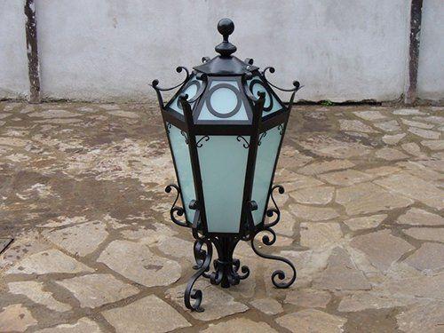 lampada con supporto in ferro lavorato