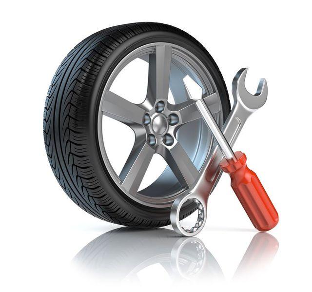 Un'immagine 3D di uno pneumatico con un cacciavite e una chiave inglese incrociati