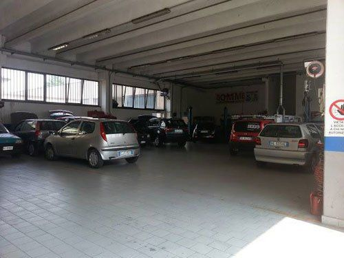 interno dell'officina meccanica con auto parcheggiate