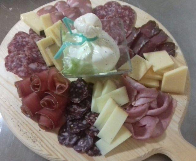 tagliere con salumi formaggi e vini
