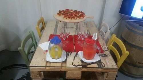 tavolo con bruschette, calici e brocche con aperitivi
