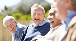 dei signori anziani che sorridono