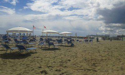 vista di una spiaggia con ombrelloni e lettini