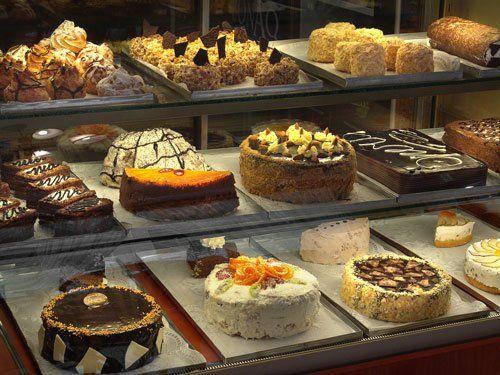 Vetrina con torte e dolci