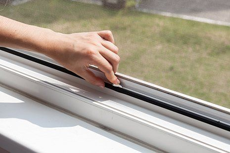 Mano aprendo la finestra in alluminio a Pianiga