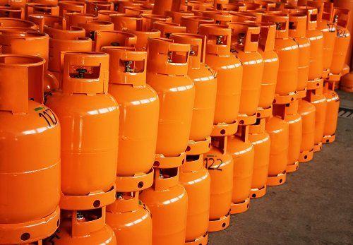delle bombole di gas arancioni