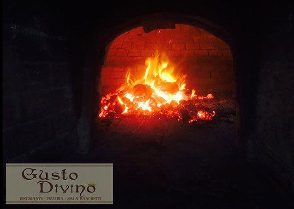 Pizza cotta nel forno a legna Ristorante Pizzeria Gusto Divino di Giovanni Grado a Montallegro
