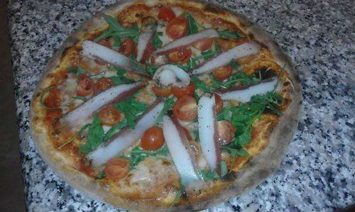 pizza di calamari,rucola e pomodoro con mozzarella fresca