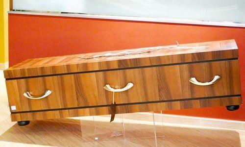 Bara di legno marrone con un crocifisso sopra e maniglie ai lati