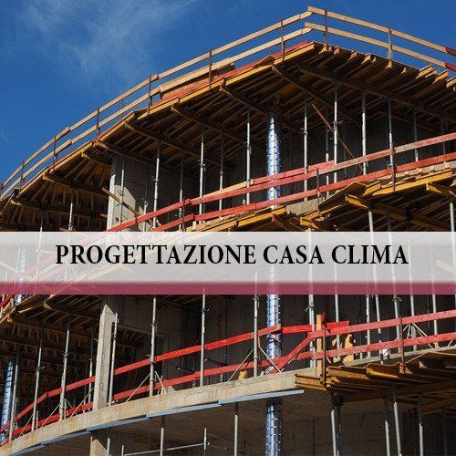Un edificio in fase di costruzione e la scritta Progettazione Casa Clima
