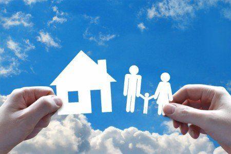 Figurine ritagliata de una casa e una famiglia