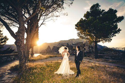 Novelli sposi in un parco, le montagne a fondo